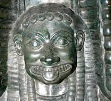 Sur le vase, une statuette de femme haute de 19 cm, dont la tête est significative de la fin de l'art grec archaïque